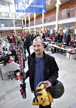 Sätrabon Markus Berglund köpte slalomutrustning till sonen Jakob, åtta år, som väntade hemma.– Vi får se om han gillar det. Han har inte åkt slalom tidigare.
