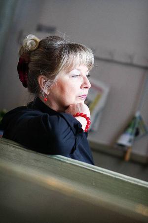 I början klagade man på att ungdomarna skitade ner och nötte bort färgen på kyrkbänkarna.– Jag tyckte det var härligt att kyrkan blev sliten för att den användes. Det hade väl aldrig hänt förut, säger Eva Jemn.Eva Jemn drömde om en kyrka som var öppen för alla när hon kom till Östersund som präst 1992. Foto: Anna-Karin Pernevill