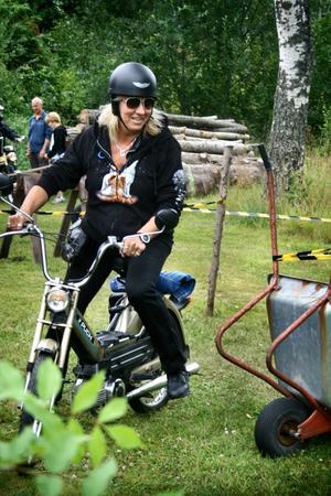 Skottkärreslalom. Pia Ekdahl från Norrköping var en av få kvinnliga deltagare.