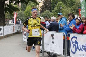 Emil Svensk sprang in en stor ledning inför sista sträckan i söndagens mixstafett.