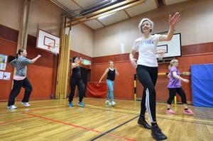 Julgympa med Hallsbergs gymnastikförening. En av de glittrande ledarna är Ulrika Rapp.