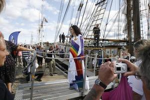 Gävlesonen och hedersgästen Thomas Di Leva går i land efter en tur med briggen Gerda.