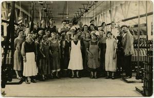 Gruppbild från linspinneriet Holma Hälsingland 1925, Haspelsalen.