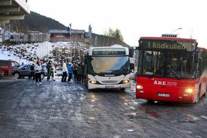 En trafikutredning, som ingår i planärendet, pekar på att det behövs en bra lösning för busshållplatser. Trafiken vid kabinbana väntas öka när området byggs ut.