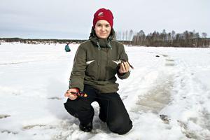 13-åriga Emma Hildingsson fick snabbt sex abborrar. Bara genom att flytta sig från ett ishål till ett annat lossnade det.