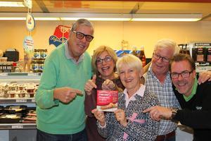 Kunderna Björn Jonsson, Karin Karlsson, Margareta Gatu och Carl-Åke Gatu tillsammans med Magnus Snell, en av butiksägarna i Tällberg.