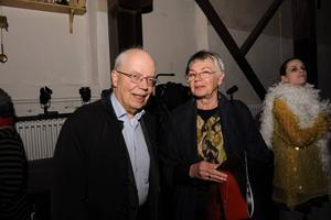 Före detta kulturchefen Johan Höjer hade tagit med sig hustrun Maria.   – Peter Oskarsson är en av de bästa regissörerna men han kunde komma lite oftare.