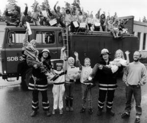 Barnen var delaktiga i att Hölös brandkår blev kvar. Eleverna på Hölö skola skickade teckningar på brinnande hus till politikerna som i sin tur backade om nedläggningsbeslutet.