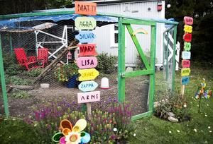 Även hönsgården är färggrann. Här har varje höna och tupp sin egen namnskylt.