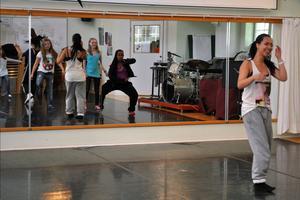 Glada miner hos esteteleven Alice Sjöstrand (till höger) när danseleverna dansar loss, och ser sig själva i väggspegeln.