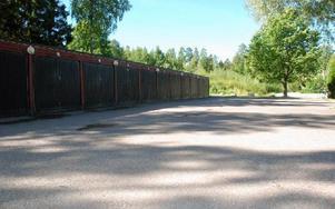 """Här tycker kommunen att barnen kan leka för: """"det kör inte så mycket bilar där"""". Foto: Love Bergström"""