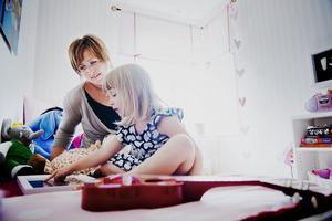 Kompletterande träff. För RFSL:s räkning arrangerar Karin Johansson träffar med Örebros regnbågsfamiljer. Till hösten är tanken att dessa träffar ska kompletteras med träffar även för blivande regnbågsfamiljer. Här tillsammans med 5-åriga dottern Greta Ring.Foto: Filip Erlind