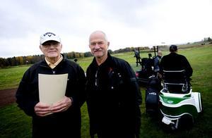 Bengt Niklasson, projektledare för anläggandet av det nya golfområdet, och Leif Engdahl, ordförande i Dalsjö golf AB, har all anledning att se nöjda ut då de på onsdagen kunde inviga det sedan länge efterlängtade närspels- och övningsområdet.