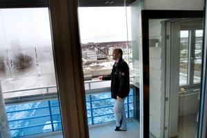 BRA UTSIKT. Lars-Göran Skytt har två balkonger i lägenheten på 100 kvadrat. Från den ena ser han Brynäs och Gavlegårdarnas höghusbygge