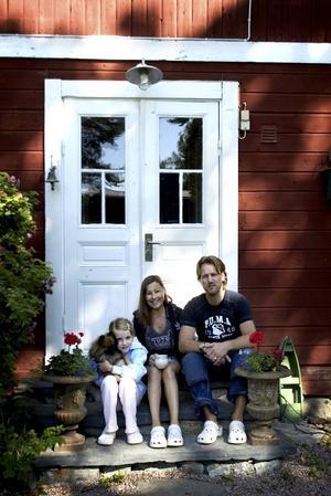 Husprojekt. Johan Lundquist bygger på huset, och håller just på med en ny brunn. Men han vet ofta inte vart han skall vända sig när han behöver material mitt i sommaren. Foto:Karin Rickardsson