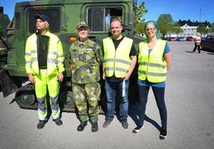 Ett fordon av annat slag står Bilkåren, en frivilligkår inom försvaret, för. En bandvagn som tar sig fram praktiskt taget överallt. På bilden Eva Johnson med personal från Bilkåren.