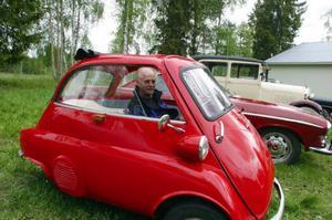 Gunnar Eriksson har många fina bilar att visa upp. Här poserar han i en BMW Isetta från 1959, ett fordon som klassas som motorcykel.