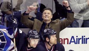 Marc Crawford jublar efter en seger med Vancouver Canucks i NHL slutspelet 2003 med Markus Näslund i laget.