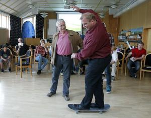 De 20 killar som samlades i förvaltningshuset för att spåna kring en skateboardpark i Ljusdal fick sig en riktig uppvisning när kommunalrådet Roland Bäckman vågade steget upp på brädan.