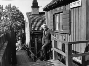 Per Anders Fogelströms utanför sitt köksfönster på Södermalm, 1975.