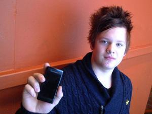 Elevrådets ordförande i Bräcke skola, Alexander Nilsson, har fått tillbaka sin stulna mobiltelefon. Foto: Ingvar Ericsson