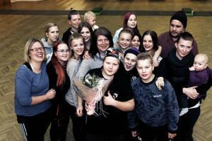 Marianne Åsberg jobbar som fritidsledare på fritidsgården i Järbo. Ungdomarna på fritidsgården var med och hyllade Marianne med en tulpanbukett.