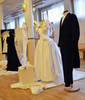 Närmast syns en bröllopsutstyrsel från modern tid.