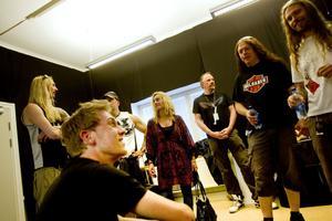 Fans. Niclas Billner, i förgrunden, vann en träff med Hammerfall och på lördagen var det dags för honom och Catrin Drage, den andra vinnaren, som står och pratar med gitarristen Pontus Norgren, att göra just det.