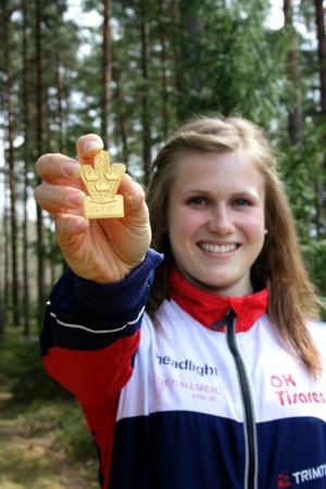 Lilian Forsgren med en av sina 3 SM-guldmedaljer för 2010. Hon vann också Silva Junior Cup.