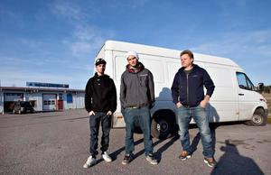 Fångbilen. Charlie Wiklund, Dennis Jonsson och Erik Jonsson vid bilen där tjuvarna gömde sig.