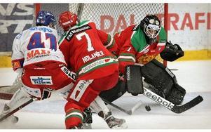 Ervins Mustukovs får hjälp av Peter Nolander att mota bort Oskarhamns Stefan Öhman. foto: staffan björklund