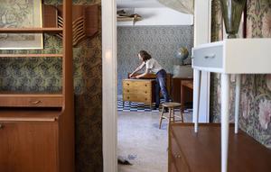 Möbelsnickaren Anna Löfstrand jobbar med en liten byrå i sin renoveringsverkstad.
