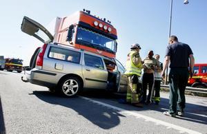 En lastbil krockade med en personbil vid stora rondellen på E18 under onsdagseftermiddagen.