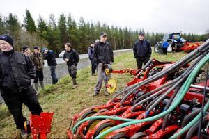 Per-Erik Eriksson, Kalle Embretzen och Daniel Frykberg från Åsbygdens Naturbruksgymnasium var bland de många som tog tillfället i akt attA studera ny teknik.