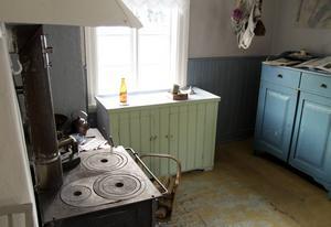 Interiör från köket i stugan och skåpen på bilden härrör från den tiden då Olga Andersson bodde där.