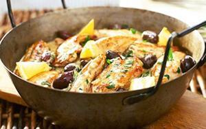 En sagolik kycklinggryta hämtad ur Medelhavsköket, toppad med citronklyftor.