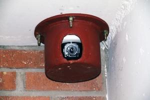 Bevakning. Hyresvärden har nu satt in flera övervaknings-kameror och väktare patrullerar dagligen kring huset. Även polisen är på plats flera gånger varje dag.