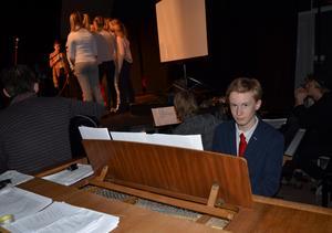 Genrep pågår! Eleven Erik Widenfalk spelar piano och har hjälpt till att skriva både musik och text till musikalen