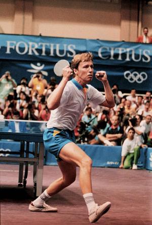 1992 OS i Barcelona: Jan-Ove Waldner tog Sveriges första OS-Guld sedan Johan Harrmenberg vann guld i värja i Moskva 1980. Waldner höll för trycket och gav inte fransmannen Jean Philippe Gatien en chans i herrfinalen i bordtennis. Efter nästan 39 år lägger JO av. Och han kommer inte tillbaka: