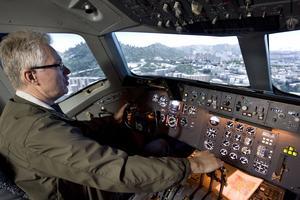 Simulerad flygning. Tommy Olsson, en av många aktiva medlemmar, visar den synnerligen avancerade DC10-simulatorn där den som vill kan prova på att spaka ett trafikflygplan och lyfta och landa på många av världens flygplatser.