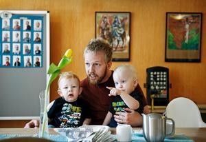Oskar Fridhamre på pappisbesök med sönerna Melvin, 2 år (till vänster) och Theodor, 2 år.BILD: PETTER KOUBEK