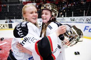 Malin Axelsson, höger, har förlängt sitt kontrakt med Modo.