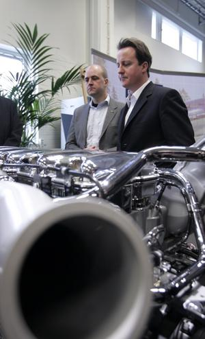 Hänsyn krävs. Fredrik Reinfeldt och David Cameron leder koalitionsregeringar. Då blir regeringsombildningar mer försiktiga. foto: scanpix