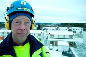 Tolv meter upp i luften står Bengt Isaksson i en lätt svajande skylift och med utsikt över Östersunds nyaste bostadsområde: Remonthagen.