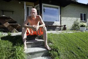 För att få ekonomin att gå ihop arbetar Leif Öhman strötimmar som långtradarförare. Arbetspassen leder ofta till obehag i benet han skadade i en arbetsplatsolycka förra året.