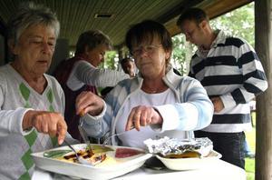 5. Ostkakan är en storsäljare. Sonja Svensk och Ingegerd Gustafsson har fullt upp i serveringen.