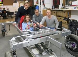 André Löfqvist, Evelilna Edström, William Palm och Tobias Bäckman vid bilbygget i februari i år.