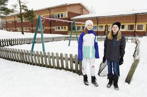 Emelie Öberg, t v, och Ellen Östman vill gärna ha tillbaka de fyra gungor som var försvunna när de kom tillbaka från sommarlovet förra hösten.