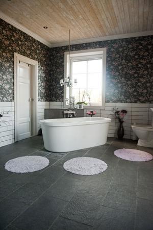 Badrummet blev det dyraste rummet i huset, de sparade på allt utom det. Stengolvet ska minna om klipporna i Cornwall. Tre rum och en hall har blivit badrum, bastu och klädkammare.