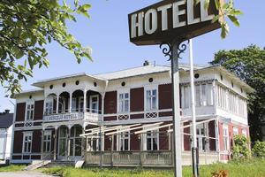 Bergsjös paradbyggnad från 1886 väcks ur sin slummer. Nya ägare rustar upp och startar om hotellet.